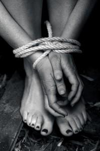 Menschenhandel Frauenhandel gefesselte Hände und Füße