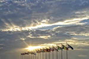 Gipfeltreffen-Fahnen-Wolken