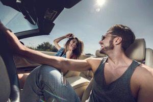 Scherzendes Paar im Cabrio